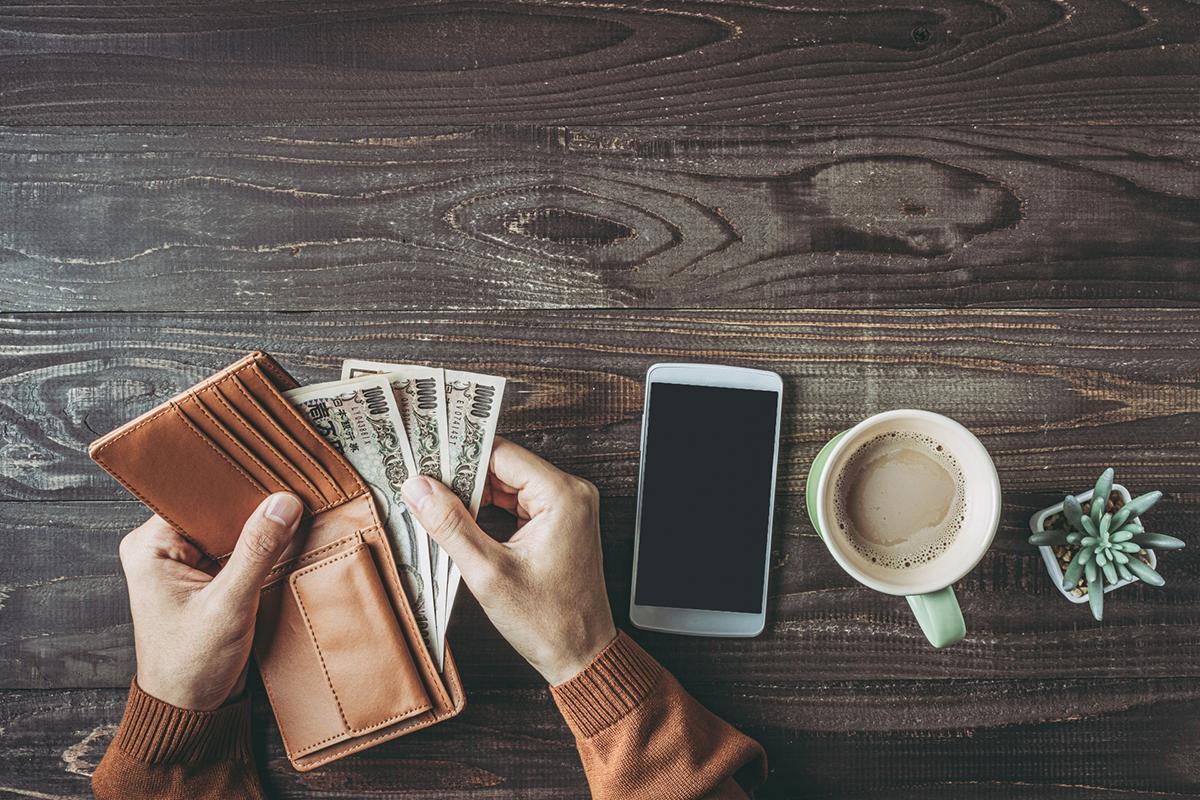 財布からお金を取り出す人
