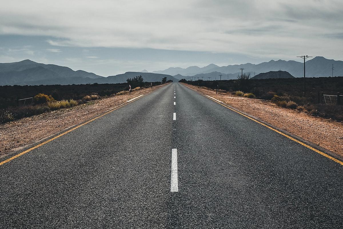 一直線に続く道路